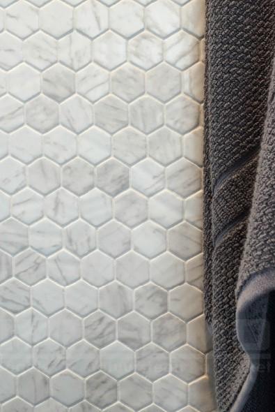 trendy hexagone carrara hexagone carrara mosaique en cramique carrealge mosaique blanc imitation. Black Bedroom Furniture Sets. Home Design Ideas